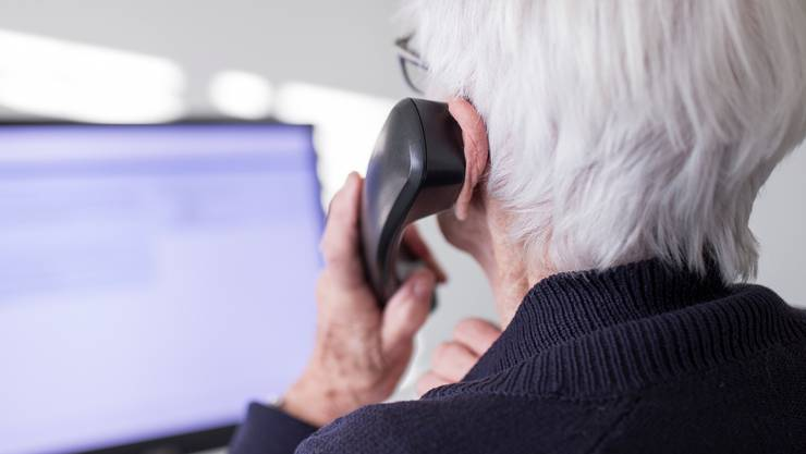 Nicht alle Seniorinnen und Senioren haben einen Internetzugang. Die Stadt Winterthur bietet Corona-Informationen neu auch per Telefon. (Archivbild)