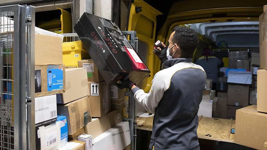 Wegen Homeoffice und Lockdown bestellten sich im vergangenen Jahr viele ihre Ware nach Hause. Die Post hatte insgesamt 182,7 Millionen Pakete zu verarbeiten - über 20 Prozent mehr als im Vorjahr. (Symbolbild)