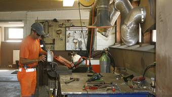 Der kantonale Werkhof in Sissach ist seit den 60er-Jahren «provisorisch» auf einem ehemaligen Bauernhof untergebracht. Die kleine Werkstatt ist im ehemaligen Stall eingerichtet worden. Die Arbeitssicherheit bewege sich hier «an der Grenze des Zulässigen».