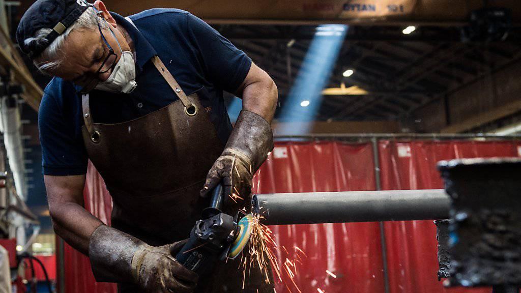 Viele Arbeitnehmer erhalten nächstes Jahr gleich viel Lohn wie in diesem. Ein Mitarbeiter eines Tessiner Industriebetriebs. (Symbolbild)