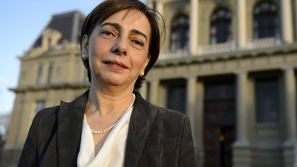 Yasmine Motarjemi Anfang Dezember beim Prozessauftakt vor dem Gerichtsgebäude in Lausanne (Archiv).