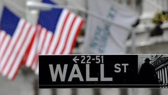 Schild der Wall Street, wo die New Yorker Börse ihren Sitz hat