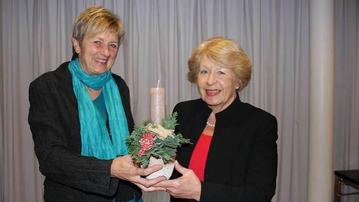 Für 620 Seiten Protokolle: Präsidentin Yvonne Rodel (r) dankt Aktuarin Elsbeth Howald.