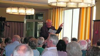 Heinz Lüthi, ehemaliger «Rotstift», las und erzählte am Seniorennachmittag in der Hostellerie Geroldswil. (Malini Gloor)