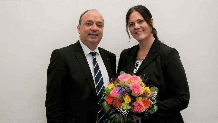 Finanzdirektor Markus Dieth gratuliert Karin Eugster zur Wahl als neue Leiterin der Finanzkontrolle.