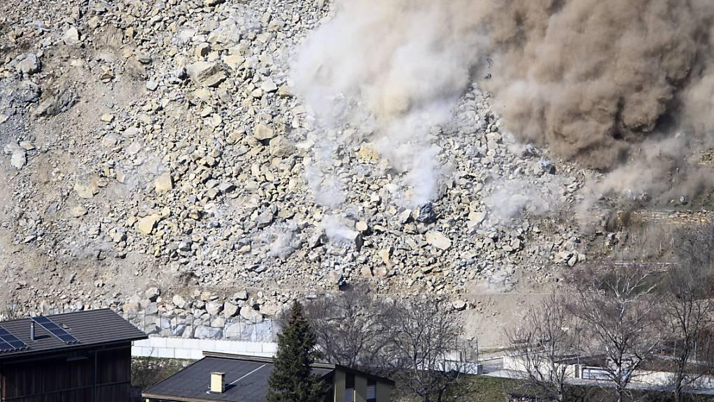 Im Steinbruch von Raron-Niedergesteln im Wallis wurden am Mittwoch rund 1500 Kubikmeter Fels weggesprengt, nachdem der Hang die unterhalb gelegenen Häuser und Bewohner bedroht hatte.