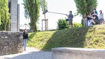 Hauptdarstellerin Lara Eichenberger (l.) wartet auf ihren Einsatz während eines Drehtags im Amphitheater. Bild: Claudio Thoma (Windisch, 22. Juni 2018)