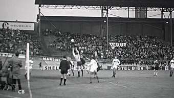 Der Niederländische Amateurfilmer Cees Berkelaar (1916-1974) filmte 1966 bei einer Partie des Internationalen Fussballcups. Hier spielen der DWS Amsterdam und derFC Grenchen gegeneinander.
