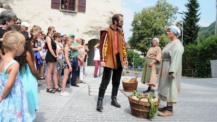 """Theater Klingnau zeigt am Städtli-Fäscht einige Szenen aus dem Buch """"Vagant"""" von Niklaus Stöckli. Im Bild der Vagant und zwei Marktweiber."""