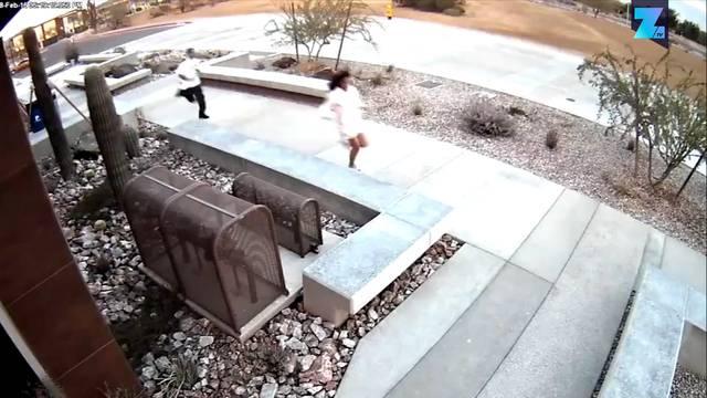 Überwachungskamera zeichnet auf, wie zwei Diebe das wohl dümmste Versteck überhaupt finden