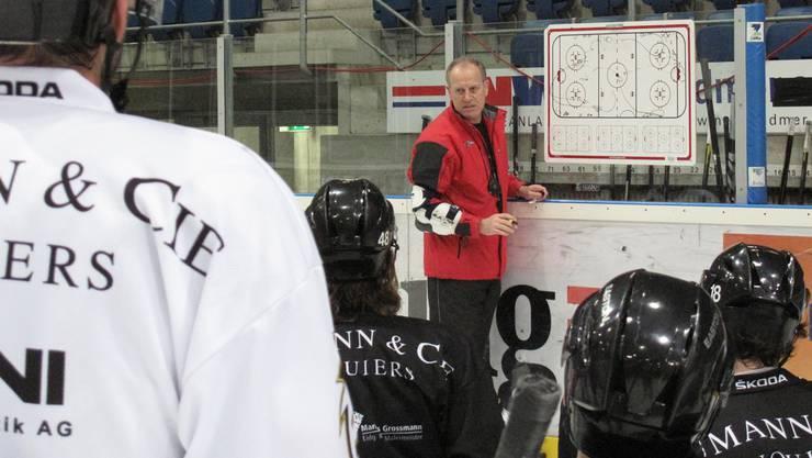 Der 54-jährige Daniel Bauer gibt den EHC-Basel-Spielern in der Morgeneinheit erste Anweisungen – in Schweizerdeutsch.