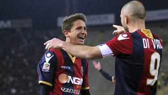 Bolognas Di Vaio (rechts) feiert 2:0-Torschütze Ramirez
