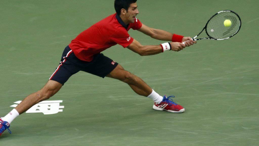Novak Djokovic schlägt eine Rückhand in extremis
