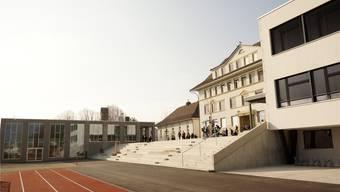 Schulanlage in Selzach. Von links: neue Doppelturnhalle, alte Turnhalle, Schulhaus 2 und rechts das rundum erneuerte Schulhaus 3. uby