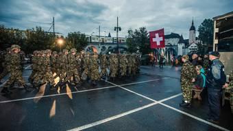 Imposanter Armee-Aufmarsch im Morgennebel