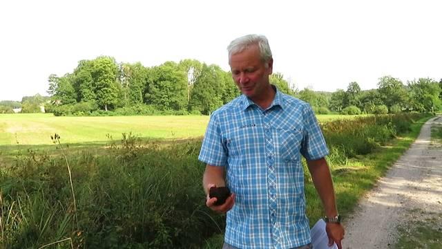 Jonas Lüthy, Projektleiter und Wissenschaftlicher Mitarbeiter, erklärt, was das Torf im Aeschimoos bewirkt.