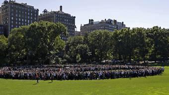 Aus der Luft sieht es wie ein Friedenszeichen aus: Menschenkette im Central Park in New York zum Gedenken an John Lennon