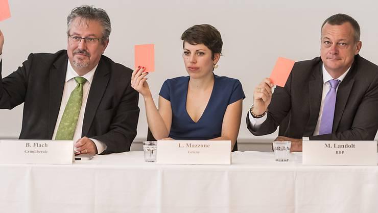 Die Nationalräte Beat Flach, GLP-AG, Lisa Mazzone, GP-GE, und Martin Landolt, BDP-GL, von links, zeigen symbolisch die Rote Karte gegen die Lockerung der Kriegsmaterialverordnung, welche der Bundesrat vorgesehen hat. (KEYSTONE/Alessandro della Valle)