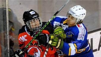 Aaraus Thomas Wälti (links) gelang 63 Sekunden vor Schluss das 4:1. Quelle: HPS