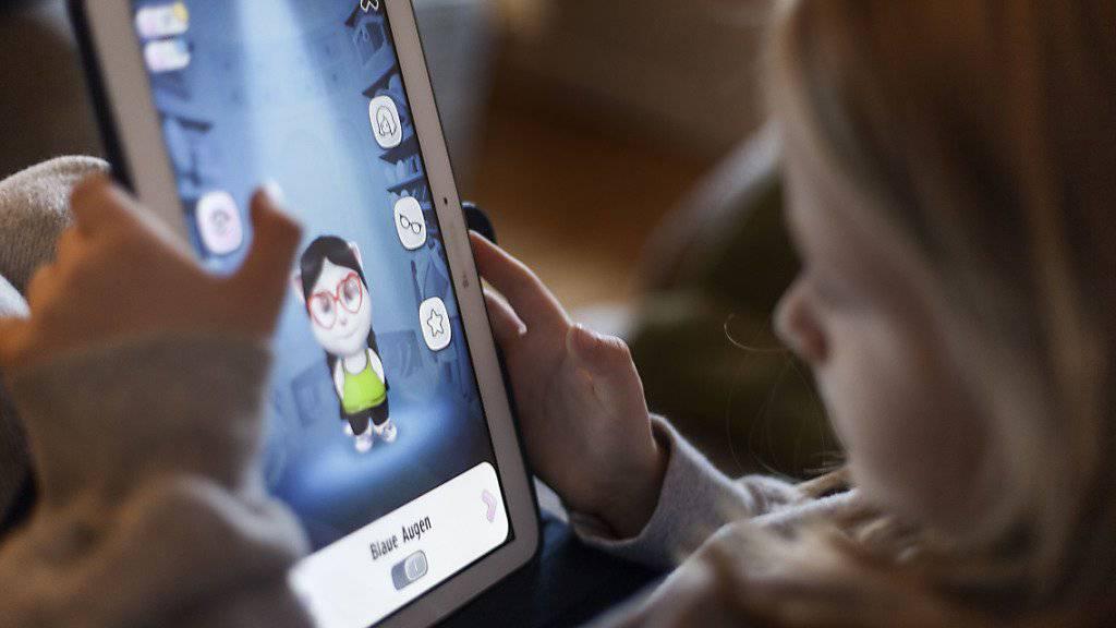 Bald haben alle eins: Ein Mädchen spielt auf einem Tablet. (Symbolbild)