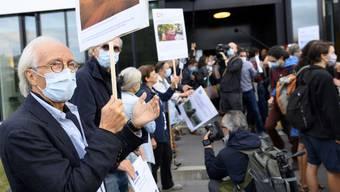 Dutzende Unterstützer bekundeten vor dem Gerichtsgebäude ihre Solidarität mit den angeklagten Klimaaktivisten.