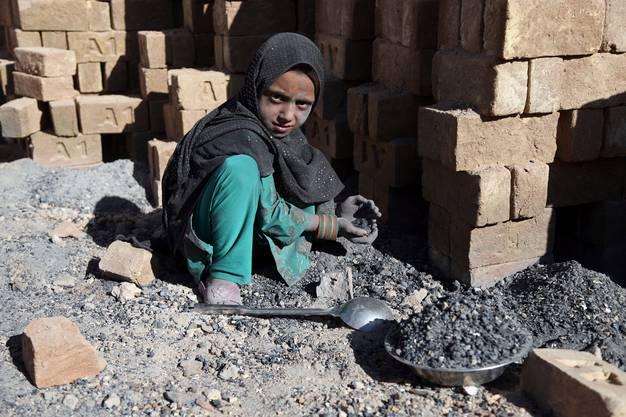 Die Initiative will Konzerne auch in Sachen Kinderarbeit in die Pflicht nehmen. Im Bild: Ein Mädchen bei der Arbeit in einem Ziegelwerk in Afghanistan. (Bild: Keystone)