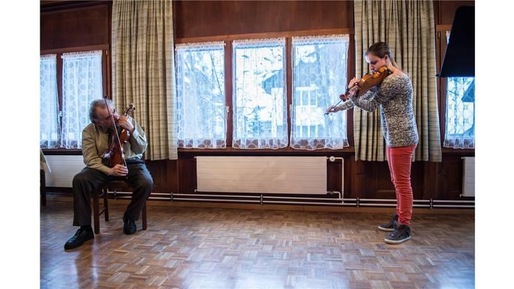«Nicht kopieren – aber der Idee nach!» Professor Zakhar Bron und die Schweizer Schülerin Elea Nick im Hotel des Alpes in Realp. Mathias Marx