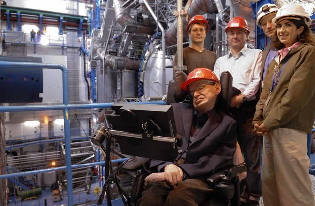 Ein Freund des Cerns: Stephen Hawking besuchte mehrmals das unterirdische Forschungsgelände. Hier ist er 2006 gemeinsam mit Fabiola Gianotti zu sehen, die noch heute mit seiner Familie in Kontakt steht.