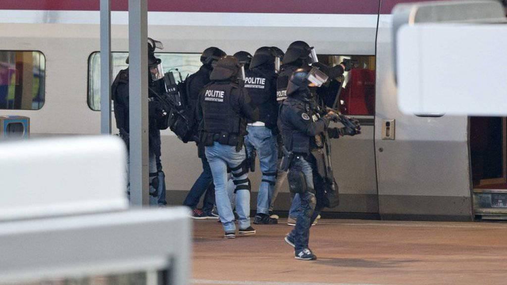 Sondereinheiten der niederländischen Polizei überwältigten am Rotterdamer Hauptbahnhof den Mann, der sich stundenlang im internationalen Zug Thalys verschanzt hatte