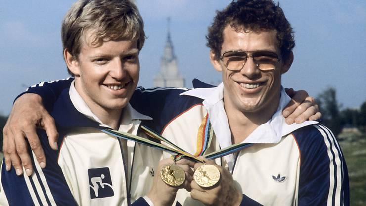 Röthlisberger posiert mit Robert Dill-Bundi, dem anderen Schweizer Olympiasieger von 1980