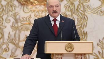Der weissrussische Präsident Alexander Lukaschenko - hier bei seiner Vereidigung am 6. November 2015 - kann aufatmen: Die EU-Aussenminister haben am Montag in Brüssel beschlossen, die Sanktionen gegen sein Land auslaufen zu lassen (Archiv).
