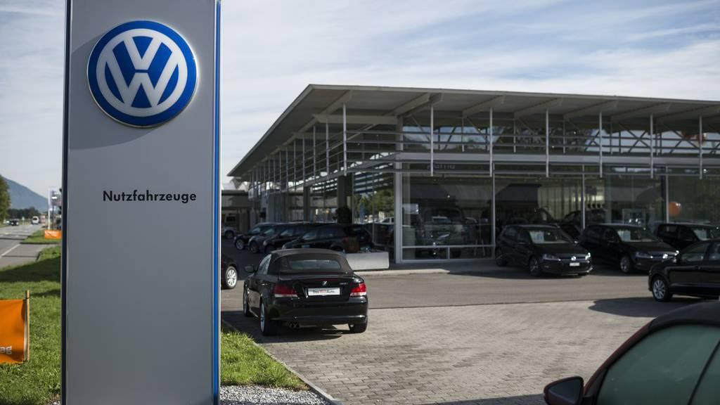 Blick auf das Logo von VW vor einer Garage der Amag-Gruppe, des VW-Importeurs fuer die Schweiz, aufgenommen am Freitag, 25. September 2015, in Buchs. (KEYSTONE/Gian Ehrenzeller)