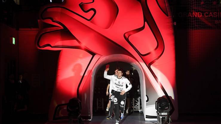 Der sich im Aufbautraining befindliche HSC-Torhüter Dario Ferrante läuft bei der Team-Präsentation in die GoEasy-Arena ein.