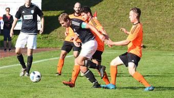 Trafen für Welschenrohr gegen ihren Ex-Klub Mümliswil: Manuel Müller (gegen drei Orange) und David (links).Markus Müller