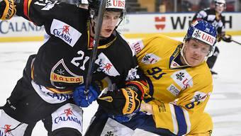 Der Davoser Chris Egli (rechts) im Zweikampf mit Kuopios Eetu Luostarinen