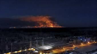 Die Feuerwehr in der Ukraine hat nach Behördenangaben erste Löscherfolge bei den Bränden in der radioaktiv belasteten Sperrzone um das Atomkraftwerk Tschernobyl erzielt.