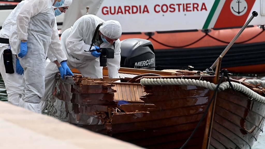 ARCHIV - Ein Motorboot, besetzt mit zwei Deutschen, hatte das kleine Boot eines italienischen Paares gerammt. Der 37 Jahre alte Mann und seine 25-jährige Begleiterin kamen dabei ums Leben.Der Prozess gegen Steuermann beginnt am 10. November. Foto: Gabriele Strada/AP/dpa