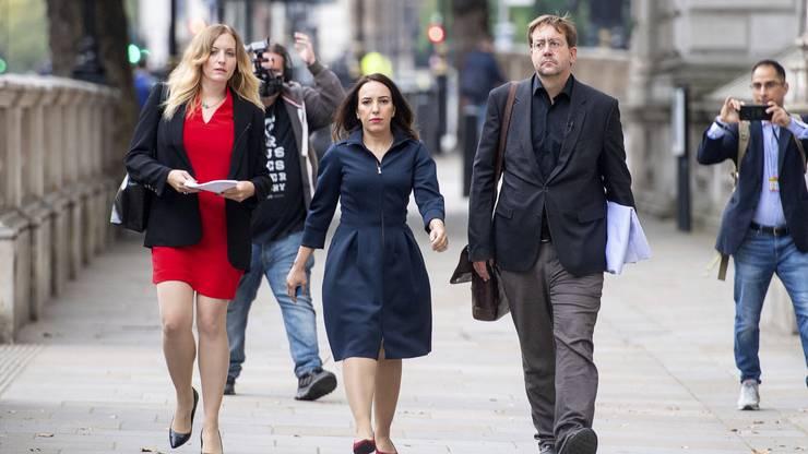 Stella Moris (Mitte) ist nicht nur Teil von Assange's Anwaltsteam. Die 37-Jährige hat im März bekanntgegeben, dass Assange der Vater ihrer beiden Söhne sei.