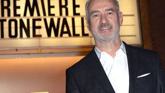 """Roland Emmerich, dessen Film """"Stonewall"""" diese Woche in Deutschland startet, hat's mit den Knien."""