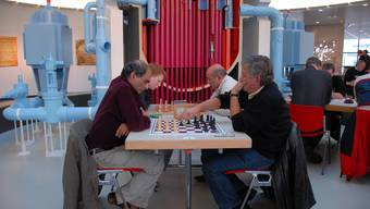 Hochspannung: In der entscheidenden siebten Runde spielt der Internationale Meister Ali Habibi (vorne links) gegen Pascal Herb, den Sieger des Kühlturmturniers. (pid)