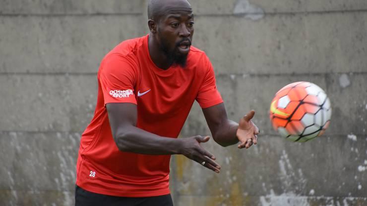 Mit den Händen spielt der internationale Neuzugang des FC Solothurn den Ball nur im Training!...