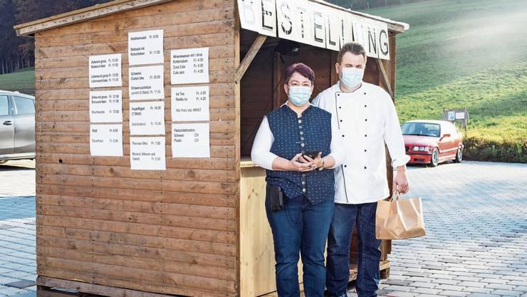 Das Wirte-Ehepaar Brigitte und Rolf Vögele vor der ersten Station des Drive-in. Hier bestellen und bezahlen die Gäste.