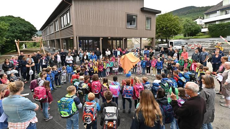 Versammelt vor dem neuen Alpschulhaus in Wangen beginnt für die Kinder das neue Schuljahr.