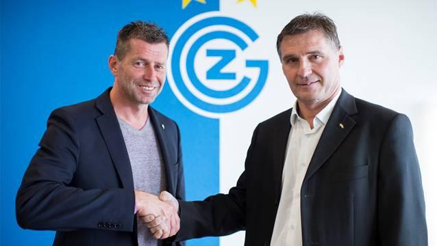 Der neue Grasshoppers Sportchef Axel Thoma, rechts, und der Trainer Michael Skibbe posieren anlässlich der Medienkonferenz vom Donnerstag, 16. Oktober, auf dem GC Campus in Niederhasli.