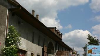 Platz für Kultur?: Der sanierungsbedürftige Hauskomplex mit der Zehntenscheune (im Vordergrund) und dem «Alten Bären» .