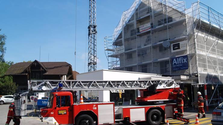 Ein Bauarbeiter stürzt in Wohlen auf Dachstock ein und verletzt sich an den Beinen und Rücken. Die Feuerwehr, Polizei und Ambulanz rückten aus.