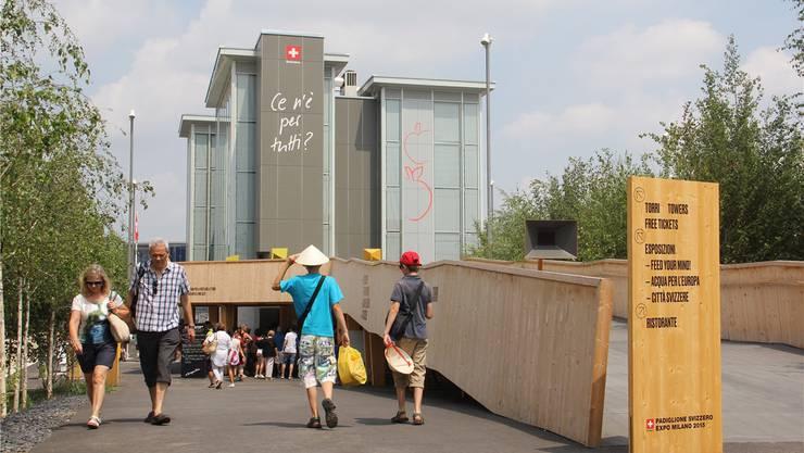 Zwei Frauen aus Aarau sitzen im Bistro hinter dem Schweizer Pavillon an der Expo in Mailand. Der Besuch der vier Türme, dem Herzstück des Schweizer Auftritts, steht ihnen noch bevor. Sie hätten keine Ahnung, wie sie in diese Türme kämen und was sie da erwarte, sagen sie und lachen. Für die Besucher der Weltausstellung wäre es ein Segen, wenn der Zutritt zu den Pavillons überall so unkompliziert organisiert wäre wie bei den Schweizern. Ab 19 Uhr ohne Buchung Es gibt zwei Möglichkeiten, zu einem kostenlosen Ticket mit Zeitangabe zu kommen: Entweder holt man sich – möglichst noch am Vormittag – ein Billett direkt am Schalter vor dem Lift oder man bucht bis spätestens am Vortag ein entsprechendes Zeitfenster im Internet (www.padiglionesvizzero.ch) und druckt es aus oder lädt es aufs Smartphone. «Als Notnagel haben die Besucher die Möglichkeit, die Türme ab 19 Uhr ohne Buchung zu besuchen», präzisiert Andrea Arcidiacono von der zuständigen Bundesstelle Präsenz Schweiz. Viel Zeit bleibt am Abend nicht mehr. Der Schweizer Pavillon schliesst um 21 Uhr, die Expo und die Restaurants um 23 Uhr. Die vier Türme, die das Brugger Architekturbüro Netwerch entwarf, sind mit Kaffee, Wasserbecher, Salz und Apfelringli gefüllt. Die Besucher können sich nach Wunsch bedienen. Damit will die Schweiz zum Nachdenken über die Verfügbarkeit von Nahrungsmitteln auf der Welt anregen. Aktuell fährt der Lift nur noch in die zweite Etage, weil die Wasserbecher und die Apfelringli in den beiden obersten Etagen ausgegangen sind. Türme werden nicht leer Sind die Brugger Architekten mit der Umsetzung ihrer Idee zufrieden? Noah Baumgartner sagt: «Ja, ich denke die Botschaft kommt bei den Besuchern an und wird häufig als ‹die beste thematische› Umsetzung genannt.» Überraschend sei, dass sich das Verhalten der Gäste je nach Verfügbarkeit der Lebensmittel verändere. Ist von einem Lebensmittel wenig vorhanden, sind die Besucher zurückhaltend. Wogegen in einem vollen Turm mehr konsumiert wird. Was in den ob