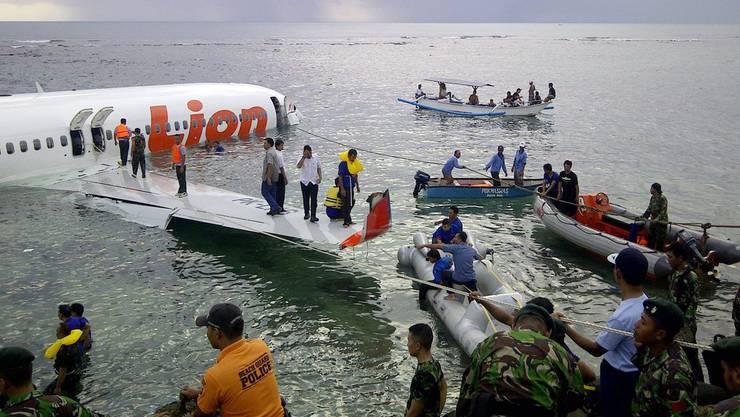 Rettungskräfte bergen die Verletzten aus dem Unglücksflugzeug