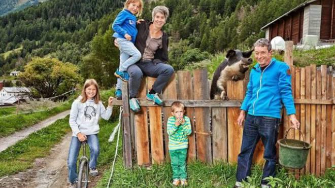 Die Bergbauernfamilie Wirth mit Wollschwein Niva. Foto: René Ruis