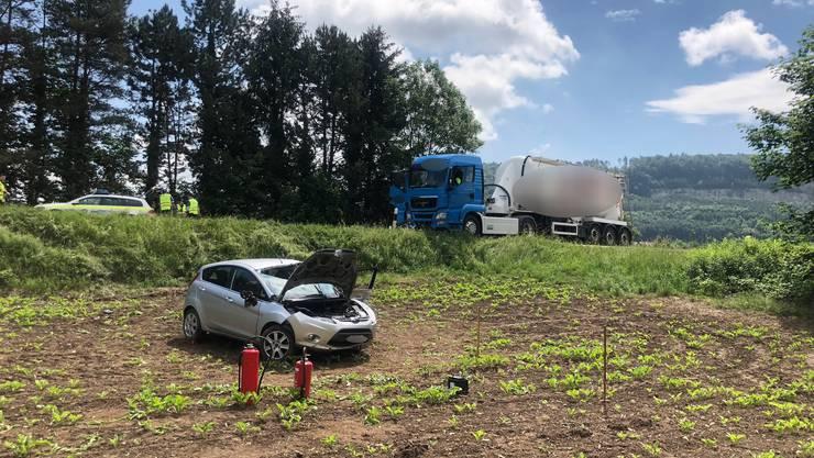 Auf der Kantonsstrasse in Würenlingen, Höhe Rotho Kunststoff AG, sind ein Sattelschlepper und ein Auto zusammengestossen.